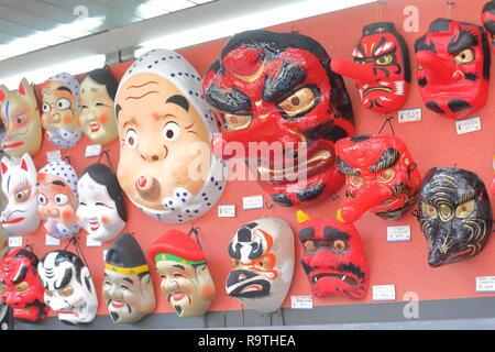 Traditionelle japanische hölzerne Maske Nakamise-Einkaufsstraße in Asakusa Tokyo Japan verkauft. - Stockfoto