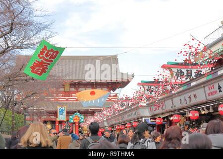 Menschen besuchen die Einkaufsstraße Nakamise Sensoji-tempel Kaminarimon Präfektur Tor in Asakusa Tokyo Japan. - Stockfoto