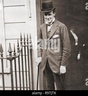 Winston Churchill hier 1908 an Nr. 10 Downing Street, London, England gesehen. Sir Winston Leonard Spencer-Churchill, 1874 - 1965. Britischer Politiker, Staatsmann, Offizier und Schriftsteller, der Premierminister des Vereinigten Königreichs von 1940 bis 1945 und erneut von 1951 bis 1955. - Stockfoto