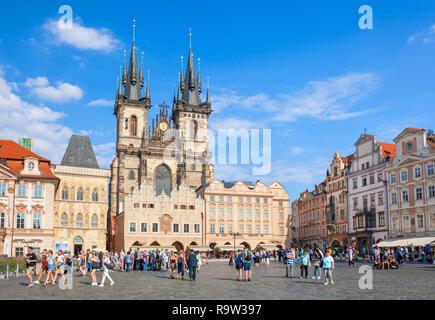 Prag Altstadt Prag mit der Kirche der Muttergottes vor dem Tyn Staré Město Prag Touristen rund um den Platz der Tschechischen Republik Europa wandernde - Stockfoto