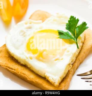 Molkerei- und rustikalen Bauernhof Essen gestaltete Konzept - Herzform Spiegelei zum Frühstück, elegante Optik - Stockfoto
