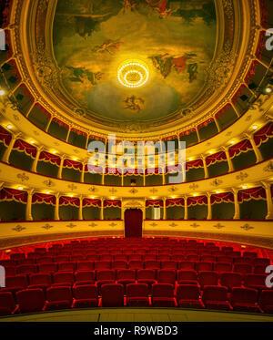 SIBENIK, KROATIEN - August 19, 2018 Schönes Ambiente des kroatischen Nationaltheater in der Altstadt gelegen. - Stockfoto