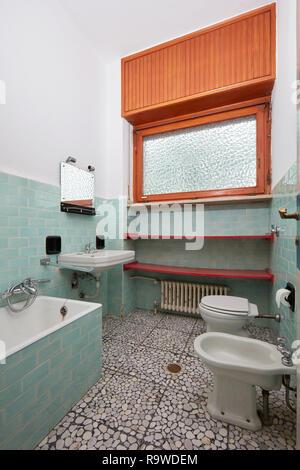 Einfache Badezimmer in der alten Wohnung Interieur