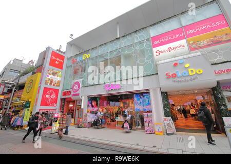Menschen besuchen Harajuku Takeshita Einkaufsstraße in Tokio, Japan. - Stockfoto