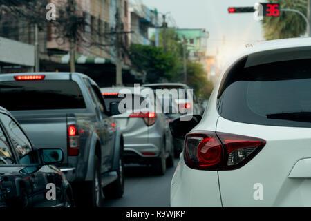 Weißes Auto auf der Straße in der verkehrsknotenpunkt Es gibt viele Autos auf der Straße. - Stockfoto