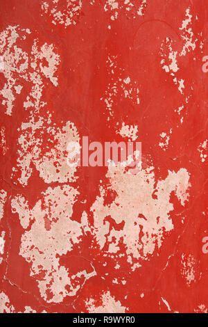 Grunge Hintergrund mit alten Stuck Wand Textur von beige Farbe und Risse im Lack von roter Farbe - Stockfoto