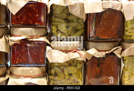Gläser mit Paprika und eingelegtes Gemüse von Hand im südlichen Italien vorbereitet - Stockfoto
