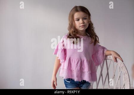 Porträt einer wunderschönen kleinen Mädchen in ein rosa Kleid fünf Jahre - Stockfoto