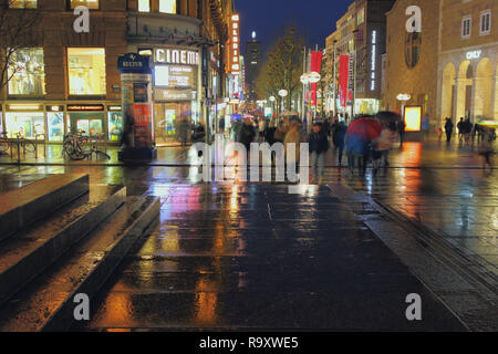 Stuttgart, Deutschland - Jan 05, 2018: Kenigstrasse in Weihnachten und Silvester Abend - Stockfoto