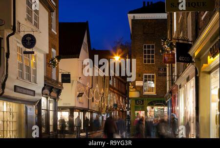 YORK, Großbritannien - 18 Dezember, 2018: die mittelalterliche Stadt York in England Nord erhält mit Weihnachtsbeleuchtung im Dezember eingerichtet - Stockfoto