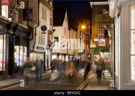 YORK, Großbritannien - 17 Dezember, 2018: die mittelalterliche Stadt York in England Nord erhält mit Weihnachtsbeleuchtung im Dezember eingerichtet - Stockfoto