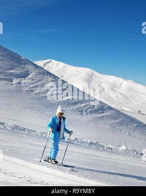 Skifahrer auf verschneiten Skipiste an schönen, sonnigen Tag. Mehr Kaukasus im Winter, Shahdagh, Aserbaidschan. - Stockfoto