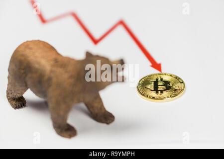 Bär mit Gold Bitcoin Cryptocurrency und rote Kurve. Baisse an der Wall Street das Finanzkonzept. - Stockfoto