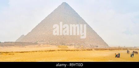 Gizeh, Ägypten - Dezember 20, 2017: Die schöne Aussicht auf die Pyramide des Menkaure mit wenige Touristen und Kameltreiber bieten Kamelreiten service im Dezember - Stockfoto