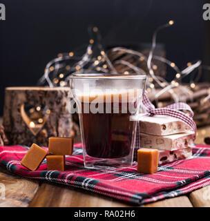 Die duftenden frischen Kaffee in einem Urlaub mit traditionellen Spezialitäten. Weihnachten Dekor und die Atmosphäre der Gemütlichkeit und Komfort. Kaffee in ein Glas moderne - Stockfoto