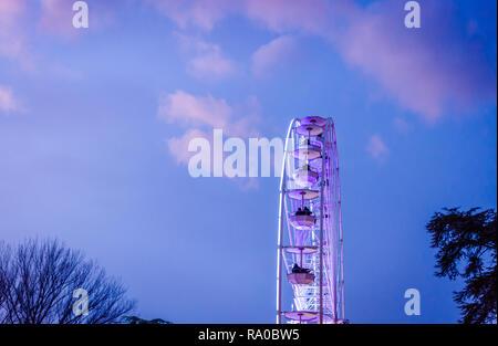 Das große Riesenrad auf dem Hintergrund des sonnigen blauen Himmel