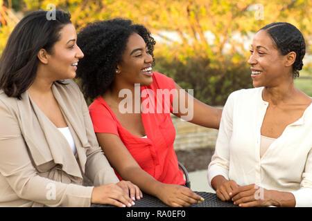 Heterogene Gruppe von Freunden reden und lachen. - Stockfoto