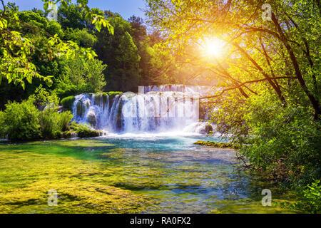 Schöne Skradinski Buk Wasserfall im Nationalpark Krka, Dalmatien, Kroatien, Europa. Die magischen Wasserfälle von Krka Nationalpark, aufgeteilt. Eine incredibl - Stockfoto