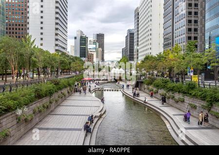 Seoul, Südkorea - Okt 5 2018 - große Gruppe von einheimischen Spaß in einem öffentlichen Park in Seoul mit Bäumen und Geschäftshäusern in Seoul im - Stockfoto