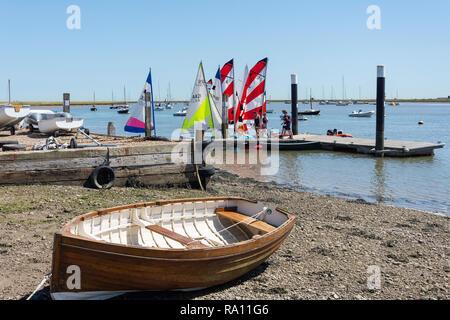 Strand und Steg Orford Quay, Orford, Suffolk, England, Vereinigtes Königreich - Stockfoto