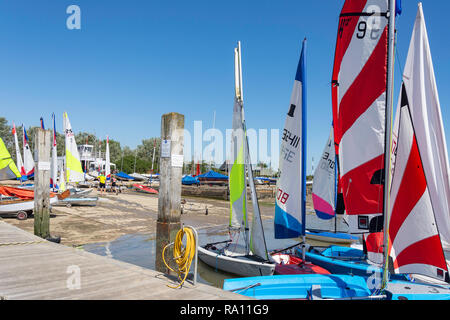 Günstig Yachten auf Orford Quay, Orford, Suffolk, England, Vereinigtes Königreich - Stockfoto