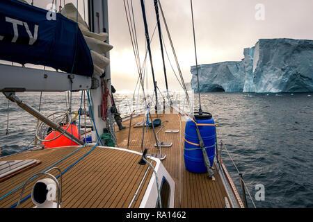 Segeln durch enorm riesige Eisberge in der Nähe von Melchior Inseln in der Antarktis - Stockfoto