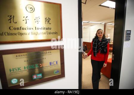 New York, USA. 29. Dezember 2018. Carrie Feyerabend Spaziergänge aus ihrem Büro am Konfuzius-institut der Chinesischen Oper (Cico) an der Binghamton University (BU) in Binghamton, New York State, USA, am November 15, 2018. Feyerabend ist eine von den USA Quelle: Xinhua/Alamy leben Nachrichten - Stockfoto