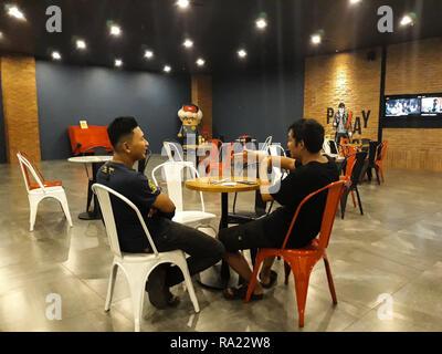BEKASI, West Java, Indonesien. Januar, 3 2019: Nicht identifizierte Personen. Paar asiatische männlichen talking Business in der Lobby CGV Kino - Stockfoto