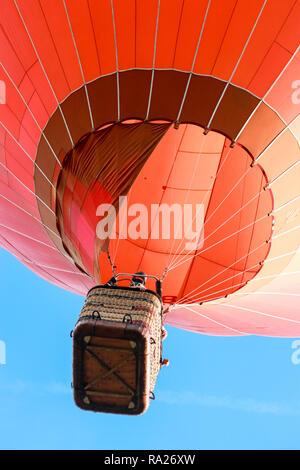 Red Hot Air Balloon, Blick vom Boden, bei Sonnenuntergang - Stockfoto