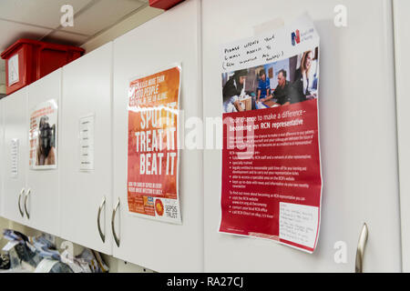 Verschiedene Plakate auf die Schränke in einem Krankenhaus. - Stockfoto