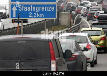 10.02.2018, Tirol, Kufstein, Oesterreich, Schild Staatsgrenze auf der A93. 00 S 180210 D005 CARO.JPG [MODEL RELEASE: NICHT ZUTREFFEND, PROPERTY RELEASE: NICHT - Stockfoto