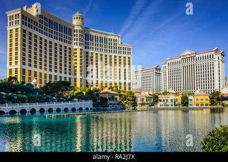 Beeindruckende Aussicht über den See an der Vorderseite des Belliago Hotel und Kasino auf dem Las Vegas Strip in Las Vegas, NV mit Caesars Palace in der Entfernung - Stockfoto