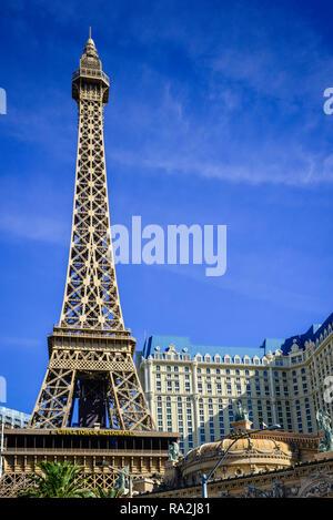 Ansicht des Paris Las Vegas Hotel & Casino auf dem Las Vegas Strip mit der Nachbildung der Eifelturm in Las Vegas, NV - Stockfoto