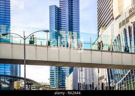 Die Menschen die Las Vegas Strip Bereich aus einer Fußgängerbrücke über den Strip in Las Vegas, NV hat ein futuristisches vibe - Stockfoto