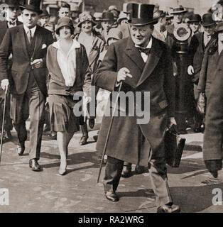 Winston Churchill, hier mit seiner Tochter Diana, auf dem Weg ins Unterhaus im Jahre 1928 seinen letzten Haushaltsplan vorlegen. Sir Winston Leonard Spencer-Churchill, 1874 - 1965. Britischer Politiker, Staatsmann, Offizier und Schriftsteller, der Premierminister des Vereinigten Königreichs von 1940 bis 1945 und erneut von 1951 bis 1955. - Stockfoto