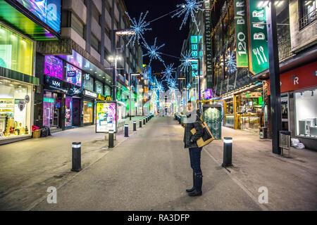 Andorra La Vieja, Andorra-Nov 5 2017 - Eine junge einsame Frau in der Straße von Andorra La Vieja Downtown in der Nacht in Europa