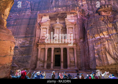 Petra, Jordanien - Feb 15 2018 - große Gruppe von Touristen vor einem großen Tempel in Petral, ein UNESCO-Weltkulturerbe in Jordanien - Stockfoto