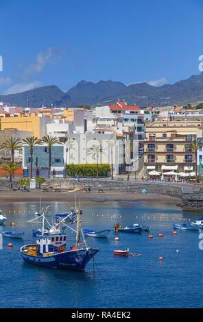 Hafen und Strand von Playa San Juan an der Westküste, Teneriffa, Kanarische Inseln, Spanien - Stockfoto