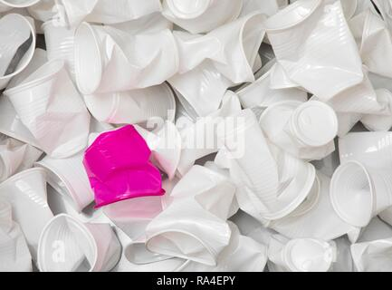 Verfügbare Schale, Schale aus Kunststoff, weiß, 0, 2 Liter, Trinkbecher, Einweg Becher aus Kunststoff, verwendet, zusammengedrückt, zerknittert - Stockfoto