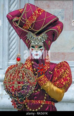 Karneval in Venedig findet jedes Jahr im Februar statt, wo Menschen venezianischen Kostüm und Maske - Stockfoto