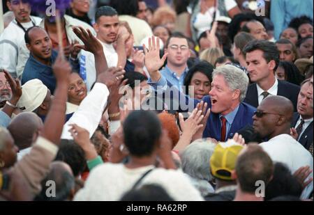 Foto von Präsident William Jefferson Clinton Gruß Leute in einer großen Menschenmenge an einem 'Aus der Abstimmung 'Rallye in Los Angeles, Kalifornien 11/2/2000 - Stockfoto