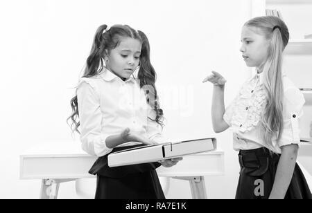 Kleine Mädchen Problem auf Schule Tag diskutieren. kleine Mädchen arbeiten zur Lösung des Problems im Klassenzimmer. - Stockfoto