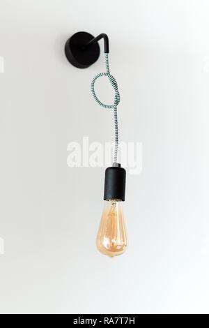 Edison retro Lampe. Glühlampe auf weißer Wand Hintergrund im Loft. Konzept der Vintage Style - Stockfoto