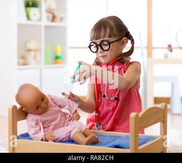 Kind kleine Mädchen spielen mit Spielzeug Puppe in Kindergärten