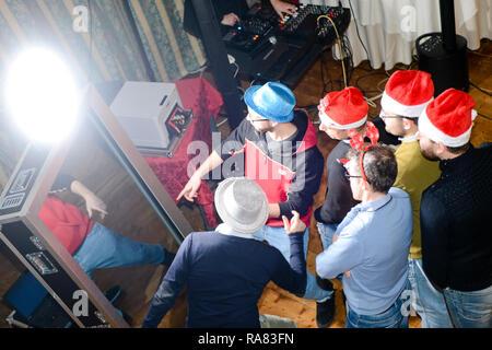Selfie Spiegel sharing in sozialen Medien und Druck live Fotos der Teilnehmer eines Coporate event Feier - Stockfoto