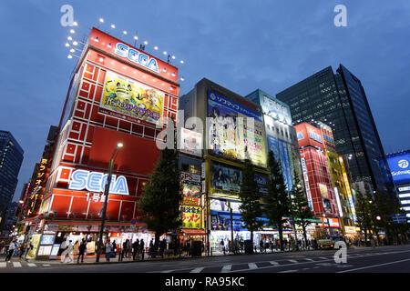 Hektische Treiben der Main Street in Akihabara unter helles Neon Plakate und Schilder an der blauen Stunde auf Herbst Abend in Tokio, Japan. - Stockfoto