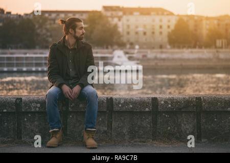 Deprimiert moderne Unternehmer sitzen am Fluss. - Stockfoto