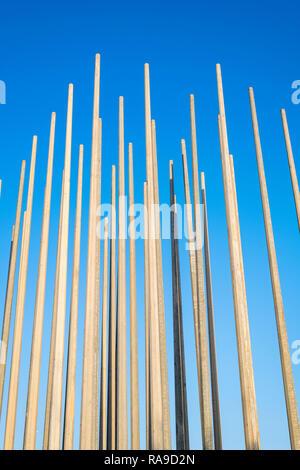 Viele leichte Polen gegen die pedalplatten blauen Himmel. - Stockfoto