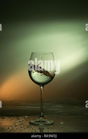 Bewegt Flüssigkeit im Glas Wein ist schief - Stockfoto