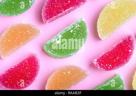 Gelee farbigen Schichten mit Zucker Kristalle, auf rosa Hintergrund - Stockfoto